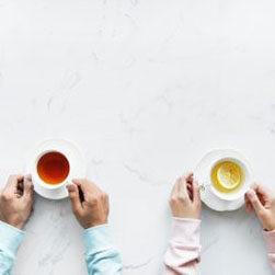 2 אנשים עם 2 כוסות קפה